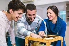 Estudiantes de la robótica que preparan el robot para probar en worksh Imágenes de archivo libres de regalías