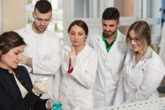 Estudiantes de los científicos con el profesor In Lab Classrom Fotos de archivo