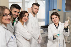 Estudiantes de los científicos con el profesor In Lab Classrom Fotografía de archivo libre de regalías