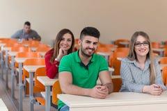 Estudiantes de los colegas en la clase que trabaja junto Imagen de archivo libre de regalías