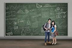 Estudiantes de los pares en la sala de clase Foto de archivo libre de regalías