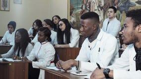 Estudiantes de medicina diversos en conferencia metrajes