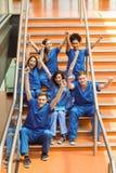Estudiantes de medicina que animan en los pasos foto de archivo