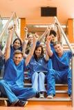 Estudiantes de medicina que animan en los pasos Imagenes de archivo