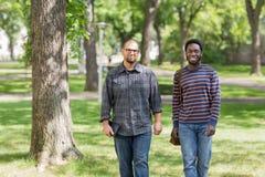 Estudiantes de postgrado confiados que caminan en universidad Foto de archivo libre de regalías