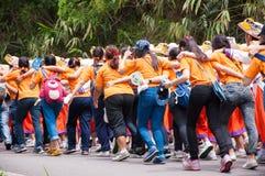 Estudiantes de primer año que acogen con satisfacción la ceremonia de la universidad de Chiang Mai, Tailandia Imagen de archivo