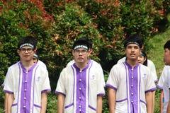 Estudiantes de primer año que acogen con satisfacción la ceremonia de la universidad de Chiang Mai, Tailandia Imagenes de archivo
