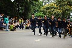 Estudiantes de primer año que acogen con satisfacción la ceremonia de la universidad de Chiang Mai, Tailandia Fotos de archivo libres de regalías