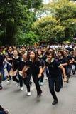 Estudiantes de primer año que acogen con satisfacción la ceremonia de la universidad de Chiang Mai, Tailandia Imagen de archivo libre de regalías