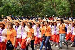 Estudiantes de primer año que acogen con satisfacción la ceremonia de la universidad de Chiang Mai, Tailandia Foto de archivo libre de regalías