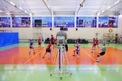 Estudiantes de RSUH en voleibol rojo del juego Foto de archivo