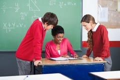 Estudiantes de Teaching Mathematics To del profesor Imagen de archivo libre de regalías