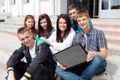 Estudiantes del grupo contra el fondo un acad Imágenes de archivo libres de regalías