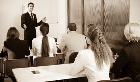 Estudiantes del negocio en sala de clase fotografía de archivo