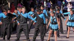 Estudiantes del 100Th aniversario de Sagrado Corazon School Performing For The de la institución almacen de video