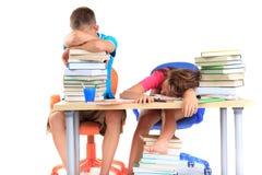 Estudiantes dormidos después de estudiar Fotografía de archivo libre de regalías