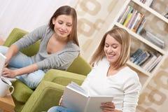 Estudiantes - dos adolescentes con la computadora portátil y el libro Fotografía de archivo