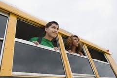 Estudiantes en autobús escolar Foto de archivo libre de regalías