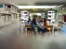 Estudiantes en biblioteca Fotos de archivo libres de regalías
