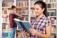 Estudiantes en biblioteca. Fotografía de archivo libre de regalías
