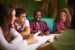 Estudiantes en café Imagen de archivo libre de regalías