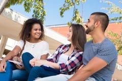Estudiantes en campus de la escuela Imagenes de archivo