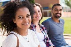 Estudiantes en campus de la escuela Imagen de archivo libre de regalías