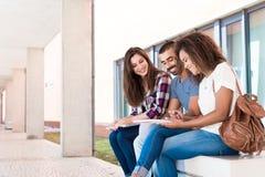 Estudiantes en campus de la escuela Fotografía de archivo libre de regalías