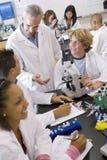 Estudiantes en clase de la ciencia