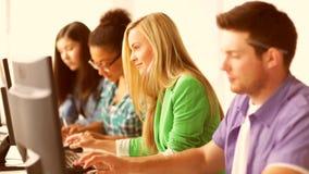 Estudiantes en clase del ordenador almacen de video