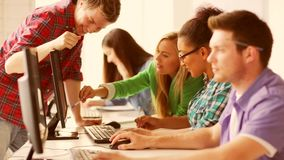 Estudiantes en clase del ordenador metrajes