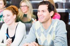 Estudiantes en el aprendizaje de la universidad Imagen de archivo libre de regalías