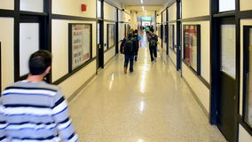 Estudiantes en el campus de Massachusetts Institute of Technology (MIT), Boston, los E.E.U.U., almacen de video