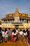 Estudiantes en el complejo del templo de Phnom Penh Imagenes de archivo