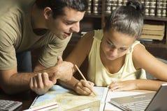 Estudiantes en el escritorio horizontal Imagen de archivo libre de regalías