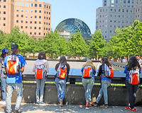 Estudiantes en el monumento de 9/11 Fotos de archivo libres de regalías
