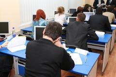 Estudiantes en el seminario en la sala de reunión Foto de archivo libre de regalías