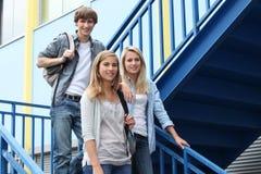 Estudiantes en escaleras Imagenes de archivo