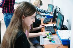 Estudiantes en la clase del ordenador imagenes de archivo
