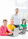 Estudiantes en la lección de la informática y de la programación Fotos de archivo