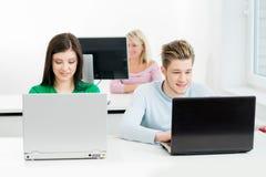 Estudiantes en la lección de la informática y de la programación Imagenes de archivo