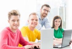 Estudiantes en la lección de la informática y de la programación Fotos de archivo libres de regalías