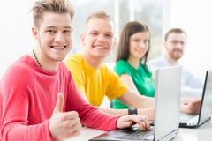 Estudiantes en la lección de la informática y de la programación Foto de archivo