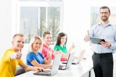 Estudiantes en la lección de la informática y de la programación Fotografía de archivo