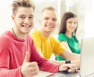 Estudiantes en la lección de la informática y de la programación Imágenes de archivo libres de regalías
