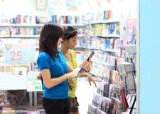 Estudiantes en la librería Foto de archivo libre de regalías