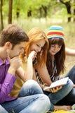 Estudiantes en la preparación que hace al aire libre. Imagen de archivo