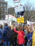 Estudiantes en la protesta anti del cambio de clima en La Haya con las banderas que caminan a través de la ciudad imagenes de archivo