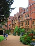 Estudiantes en la universidad de Cambridge fotografía de archivo