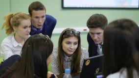 Estudiantes en la universidad para una conferencia de lanzamiento para los profesionales jovenes Tienen que subir con un plan emp almacen de video
